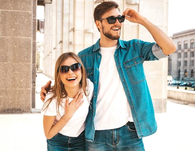 Portret uśmiechnięta piękna dziewczyna i jej przystojny chłopak. kobieta w stroju casual dżinsy lato.