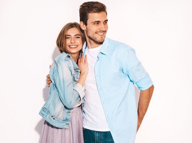 Portret uśmiechnięta piękna dziewczyna i jej przystojny chłopak śmiejąc się.