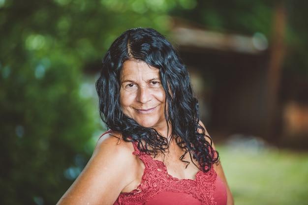 Portret uśmiechnięta piękna kobieta w naturze