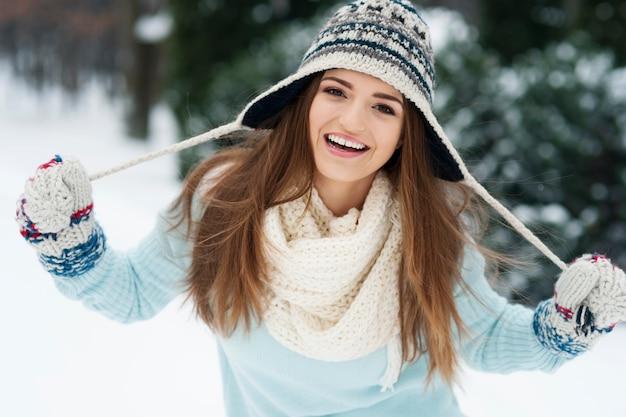 Portret uśmiechnięta piękna kobieta w okresie zimowym