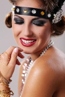 Portret uśmiechnięta piękna partyjna kobieta
