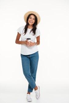 Portret uśmiechnięta przypadkowa kobieta w kapeluszu