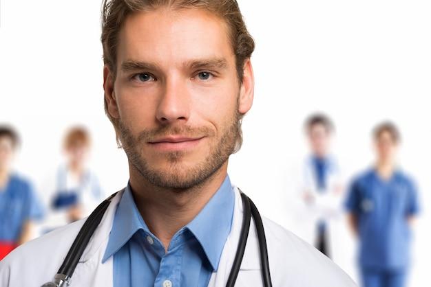 Portret uśmiechnięta przystojna lekarka przed jego drużyną