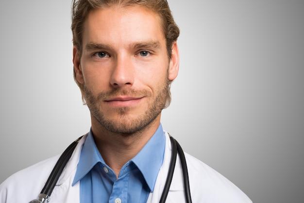 Portret uśmiechnięta przystojna lekarka