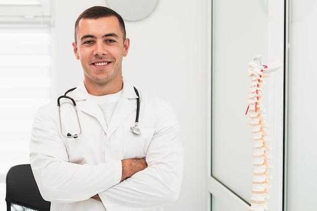 Portret uśmiechnięta samiec lekarka