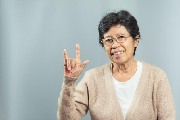 Portret uśmiechnięta stara kobieta na szarość