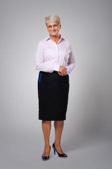 Portret uśmiechnięta starsza biznesowa kobieta