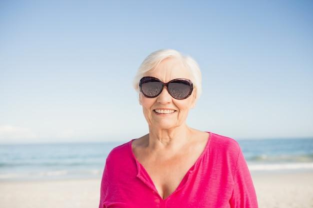 Portret uśmiechnięta starsza kobieta