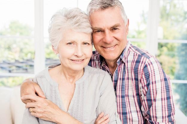 Portret uśmiechnięta starsza para w domu