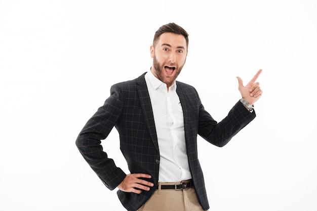 Portret uśmiechnięta szczęśliwa mężczyzna pozycja