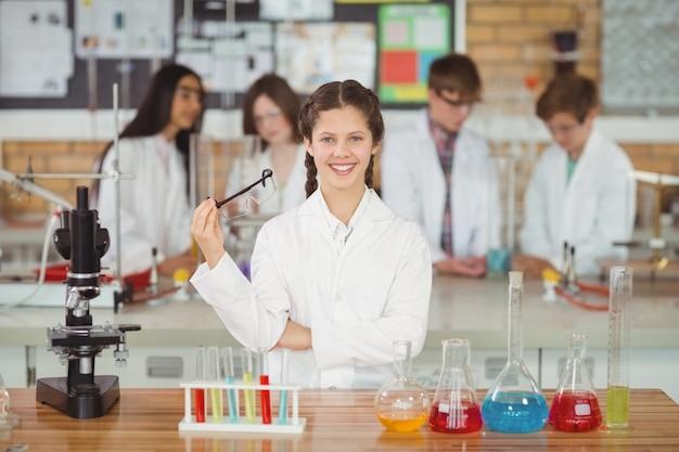 Portret uśmiechnięta uczennica w laboratorium