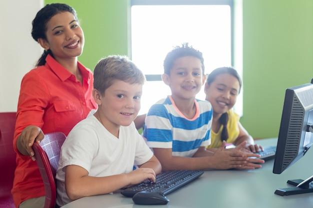 Portret uśmiechnięta żeńska nauczycielka z dziećmi