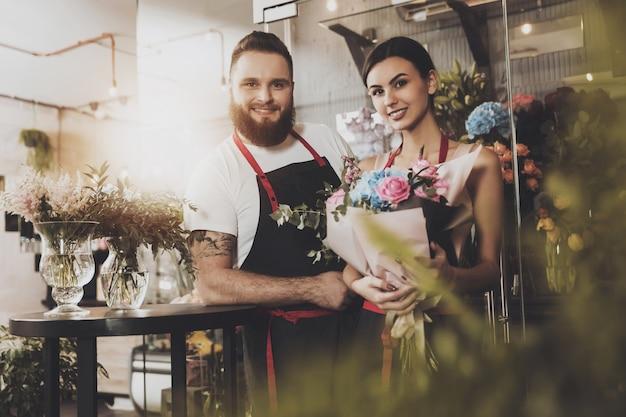 Portret uśmiechnięte kwiaciarnie mężczyzna i kobieta
