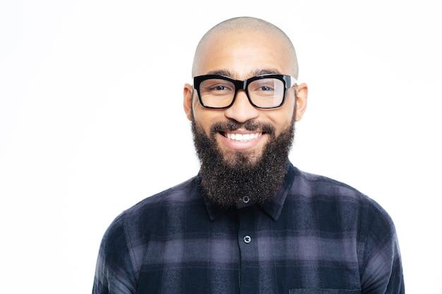 Portret uśmiechniętego afroamerykanina na białym tle na białej ścianie