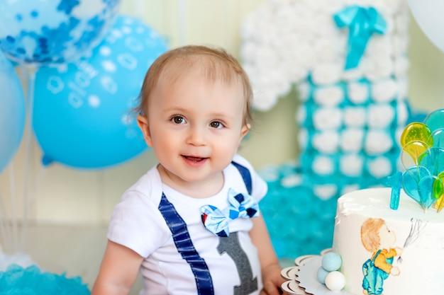 Portret uśmiechniętego chłopca l, dziecko 1 rok, szczęśliwe dzieciństwo, urodziny dzieci