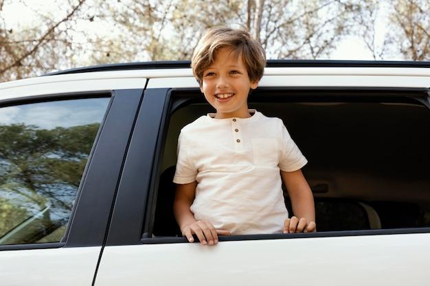 Portret uśmiechniętego chłopca w samochodzie