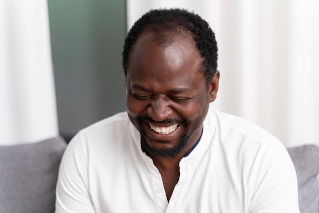 Portret uśmiechniętego czarnego mężczyzny