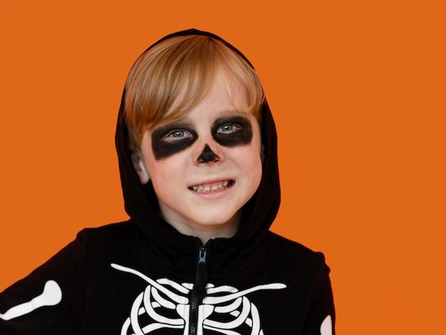 Portret uśmiechniętego dzieciaka z kostiumem na halloween