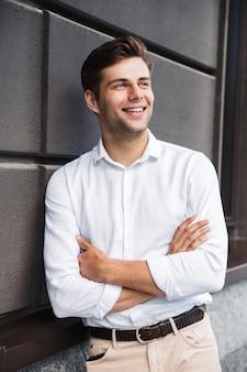 Portret uśmiechniętego, formalnego, ubrany mężczyzna