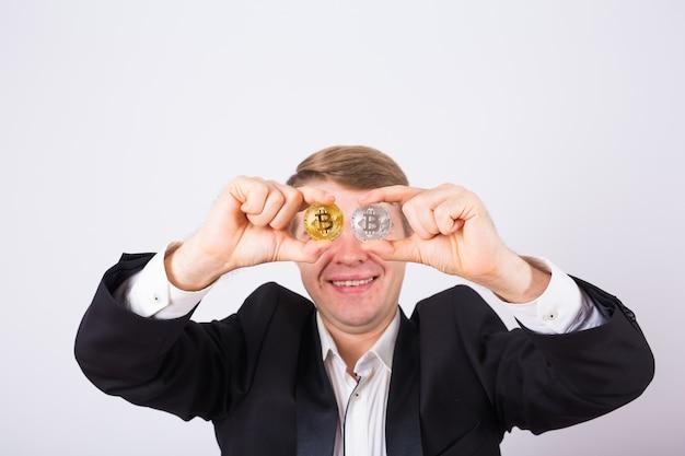 Portret uśmiechniętego mężczyzny z bitcoinem zamiast oka.