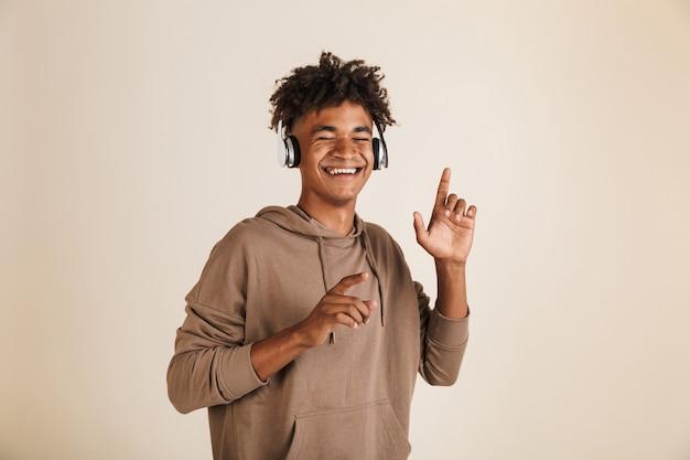 Portret uśmiechniętego młodego afroamerykańskiego mężczyzny