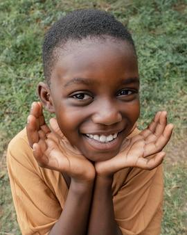 Portret uśmiechniętego młodego afrykańskiego chłopca