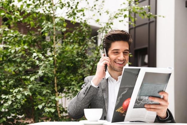 Portret uśmiechniętego młodego biznesmena