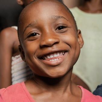 Portret uśmiechniętego młodego chłopca
