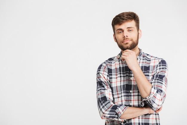 Portret uśmiechniętego młodego człowieka w koszuli w kratę