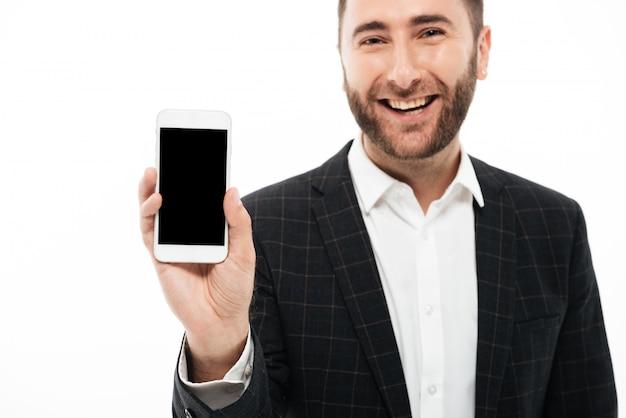Portret uśmiechniętego młodego człowieka