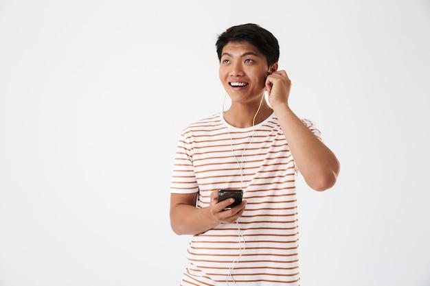Portret uśmiechniętego młodego mężczyzny azji