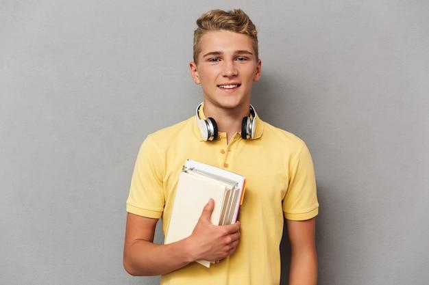 Portret uśmiechniętego nastoletniego chłopca ze słuchawkami