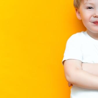 Portret uśmiechniętego szczęśliwego dziecka 3 lat mieszający biegowy przyrodni azjatycki przyrodni kaukaski z blondynem i zielonymi oczami