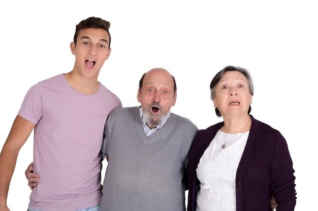 Portret uśmiechniętego wnuka z dziadkami