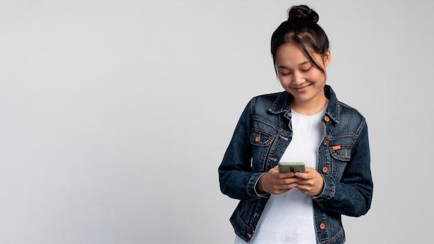 Portret uśmiechniętej azjatyckiej dziewczyny