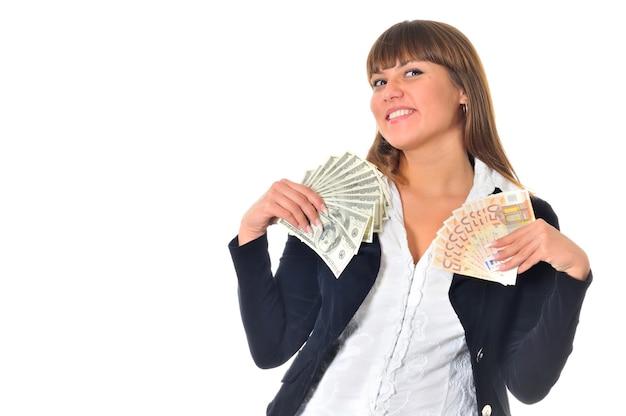 Portret uśmiechniętej białej kobiety rasy białej wygrywa i dostaje pieniądze w gotówce