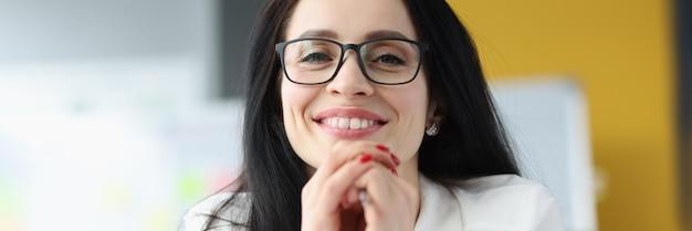 Portret uśmiechniętej bizneswoman w okularach koncepcja asystenta biznesowego