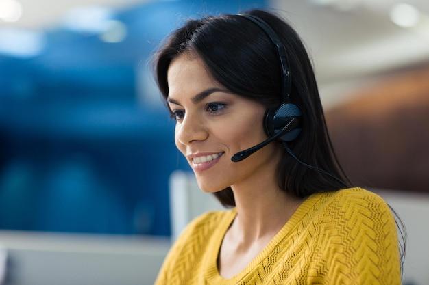 Portret uśmiechniętej bizneswoman w słuchawkach