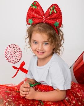Portret uśmiechniętej dziewczynki na boże narodzenie