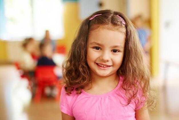 Portret uśmiechniętej dziewczyny w wieku przedszkolnym