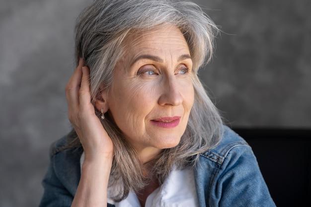 Portret uśmiechniętej eleganckiej starszej kobiety