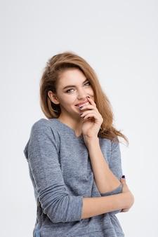 Portret uśmiechniętej kobiety patrzącej na kamerę na białym tle