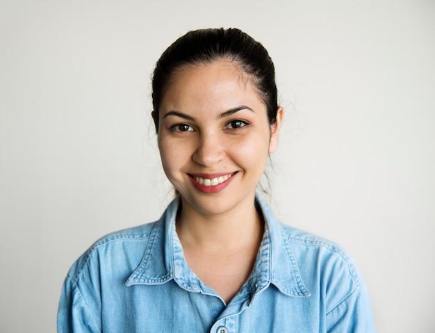 Portret uśmiechniętej kobiety rasy kaukaskiej