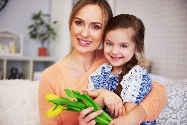Portret uśmiechniętej mamy i jej córeczki
