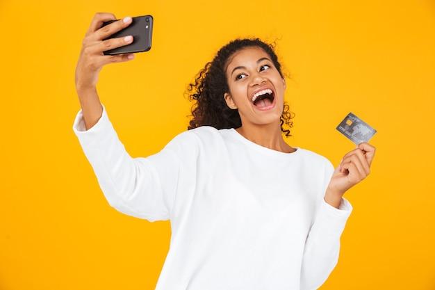 Portret uśmiechniętej młodej kobiety afrykańskiej