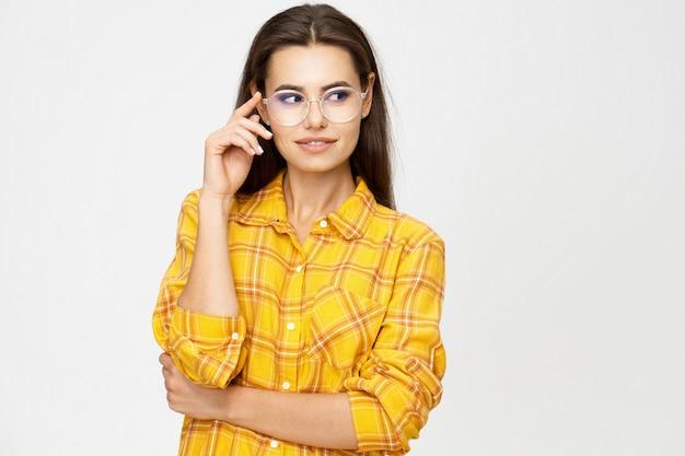 Portret uśmiechniętej młodej kobiety atrakcyjna kobieta w okularach