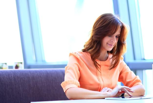 Portret uśmiechniętej młodej kobiety biznesu