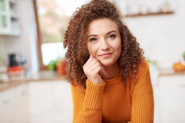 Portret uśmiechniętej młodej kobiety