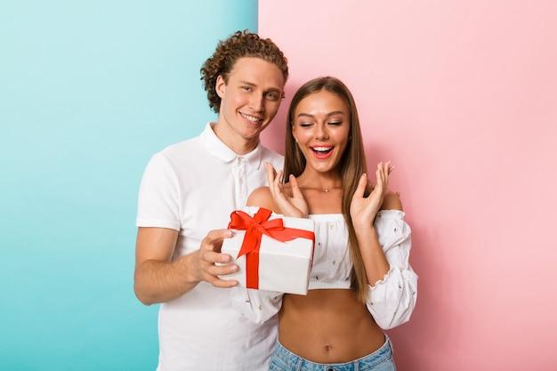 Portret uśmiechniętej młodej pary