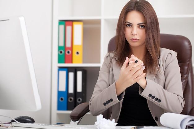 Portret uśmiechniętej profesjonalnej kobiety biznesu